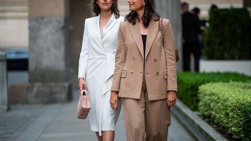 Khi chọn trang phục đi làm công sở nên xem xét người bạn làm việc cùng là ai?