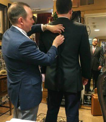 Cửa hàng may áo vest nam ban chọn có sẵn sàng điều chỉnh kích thước, chỉnh sửa chi tiết