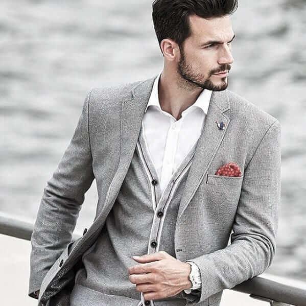Phối thêm phụ kiện khăn cài áo khi không thắt cà vạt