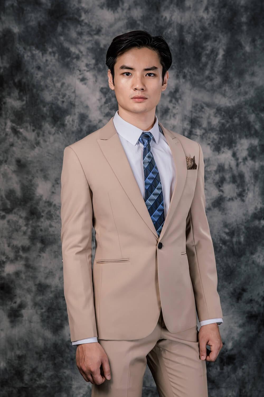 Kết hợp áo sơ mi xanh với suit màu be, màu trắng kem