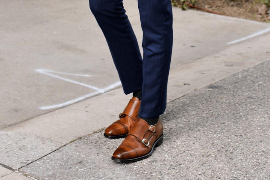 Cách phối phụ kiện giày khi diện áo vest màu xanh và suit xanh