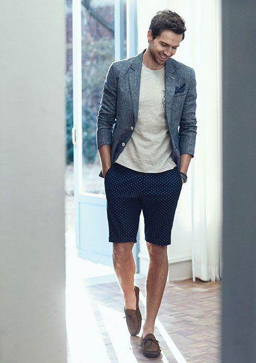 kết hợp blazer với áo phông/ áo sơ mi tay ngắn và quần short