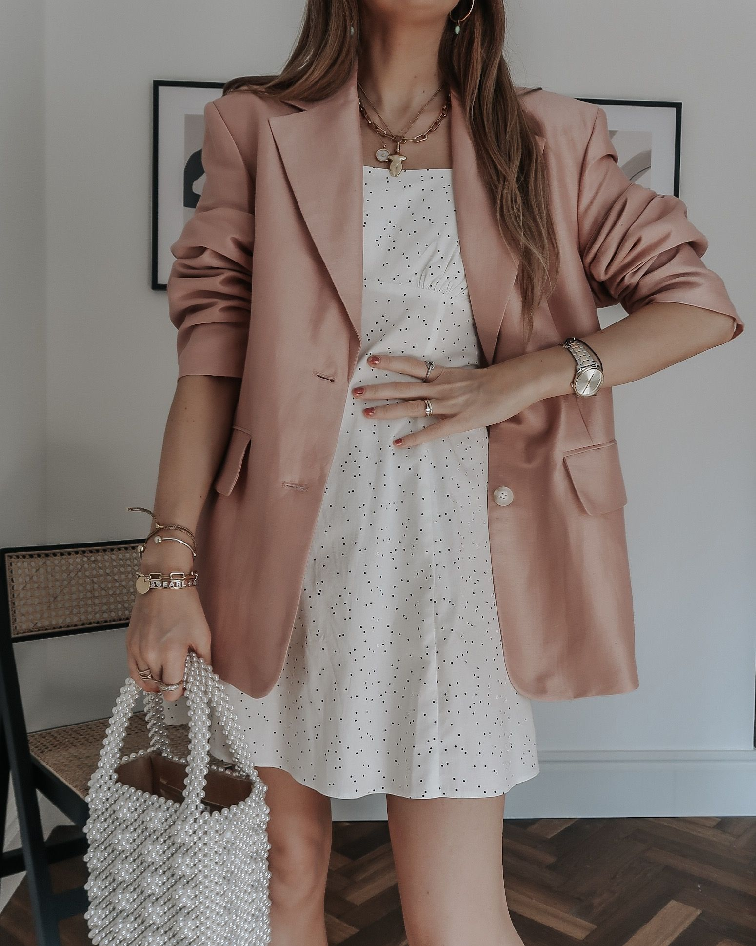Áo vest nữ kết hợp đầm trắng